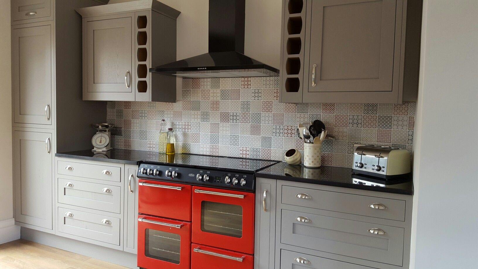 Our Kitchen Is Finished B Q Carisbrooke Taupe Framed Units Granite Tops From Jerusalem Stone And The Tiles Are Dekorasyon Fikirleri Mutfak Mutfak Dekorasyonu