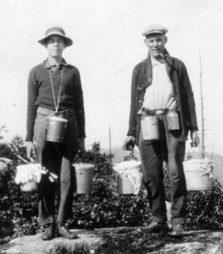 1920s 1930s Farmers What Is Most Notable About The 1920s And 1930s Era Of Farmer S Clothing Is The Preference Toward The Flat C Farmer Outfit Farm Women Farmer