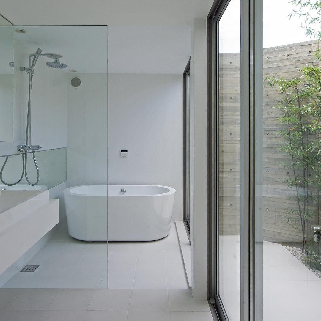 湖西の家 2014年竣工 坪庭付きの在来工法の浴室 坪庭の壁は細かな木