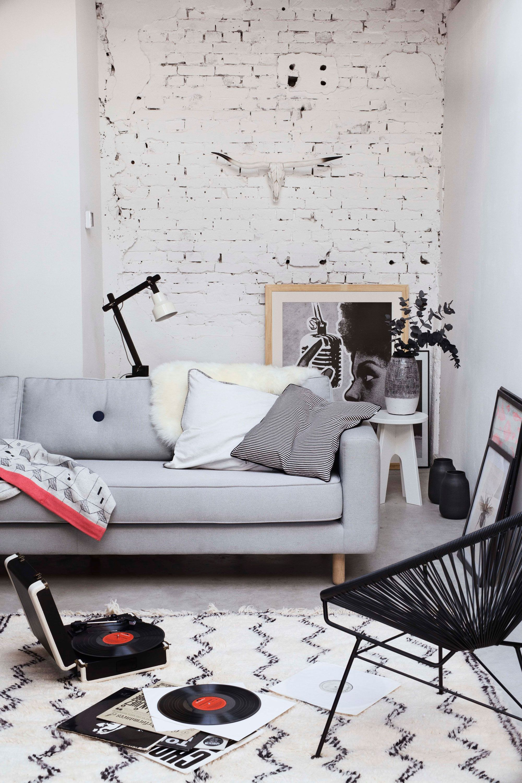 Woonkamer met grijze witte en zwarte meubels en for Witte meubels woonkamer