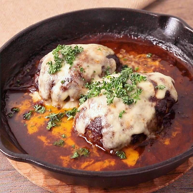 作り方 の 煮込み ハンバーグ 【裏ワザ】ハンバーグに「アレ」を少し入れるだけで、肉汁たっぷりジューシーに!【肉レシピ】(1/2)