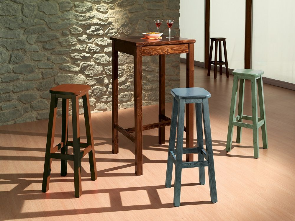 Originale tavolo alto con sgabelli costruiti in legno massiccio