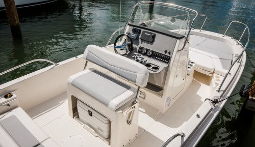 Boston Whaler 210 Dauntless: The 210 has an attractive helm, a