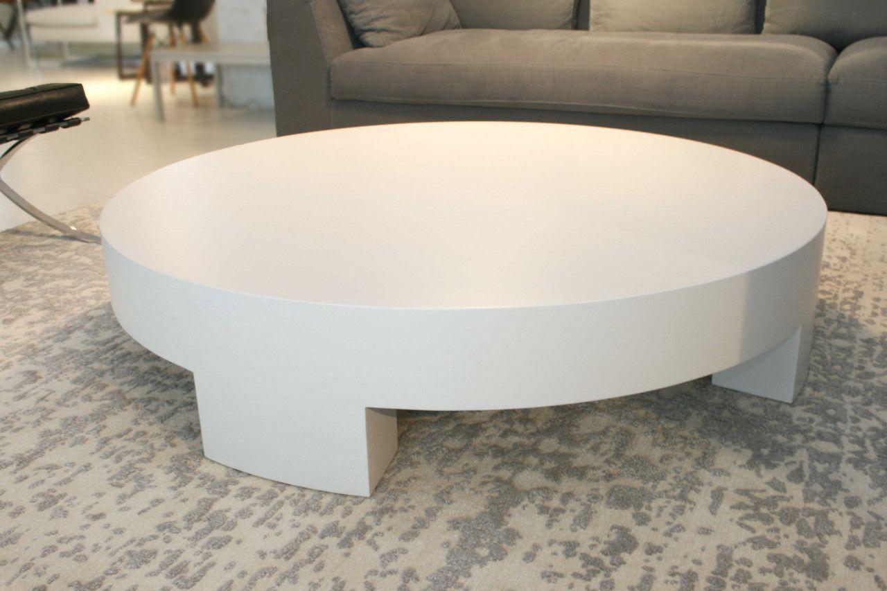 Der Runde Beistelltisch Von Meridiani Ist Weiß Lackiert Das Modell Sumo Macht Seinem Namen Alle Ehre Tisch Couchtisch L Beistelltisch Tisch Möbeldesign