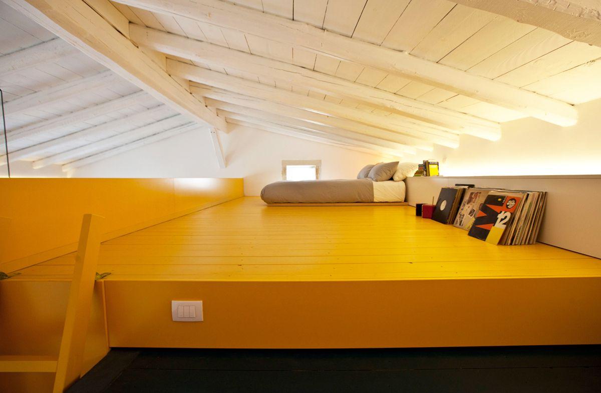 Mansarda rock il soppalco giallo dedicato agli ospiti for Arredare sottotetto basso