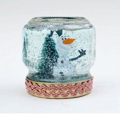 """Hier sind die Materialien, die Sie für selbstgemachte Geschenke der Art """"Schneemann im Glas"""" brauchen. Sie brauchen natürlich vor allen Dingen ein Glas..."""