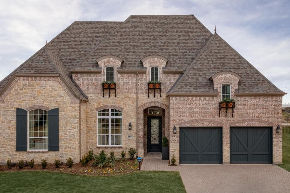 This Approximately 3 455 Square Foot Home In Dallas Texas Has A Strong Presence Thanks To The Appealing Clay Brick Exteri Exterior Brick Modern Exterior Hgtv
