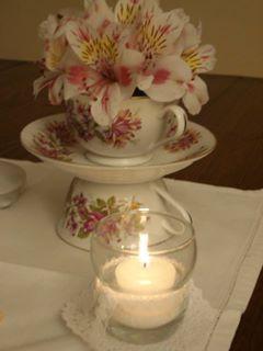 Arreglo floral con tazas de porcelana https://www.facebook.com/media/set/?set=a.263224240554517.1073741838.257525177791090&type=3
