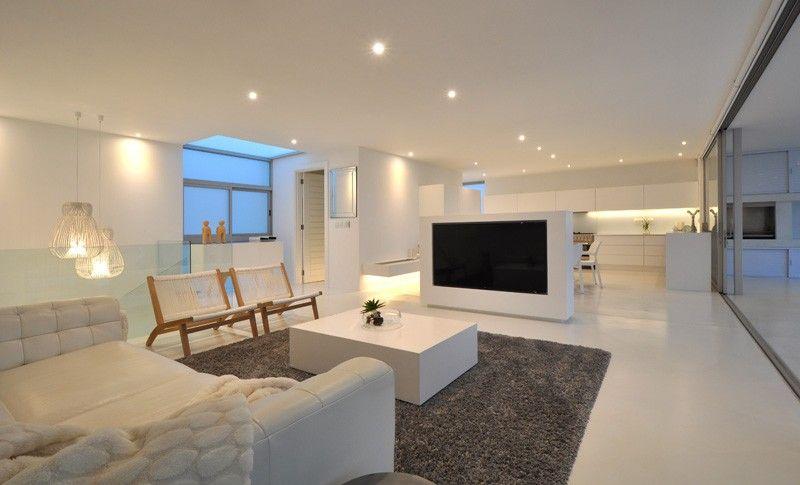 Maison contemporaine blanche avec un intérieur design | Interiors ...