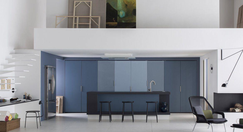 Derrière les façades de laque de cette cuisine design se cache, ou - amenagement placard d angle cuisine