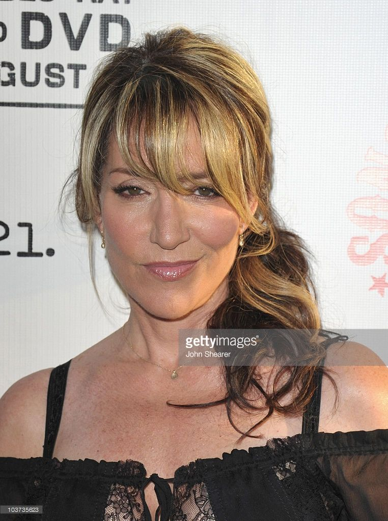 Katey Sagal Arrives At The Sons Of Anarchy Season 3 Premiere At Long Hair With Bangs Sons Of Anarchy Cast Sons Of Anarchy