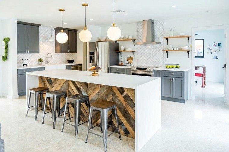 Isla grande con encimera blanca en la cocina de diseño industrial ...