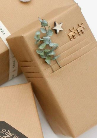 Are you ready for the 40 best DIY gift wrapping ideas for Christmas? Here you are... - Wrapping gifts in kraft paper You are in the right place about diy dekoration  Here we offer you the - #Christmas #DIY #diyclothes #diygifts #Gift #Ideas #ready #wrapping