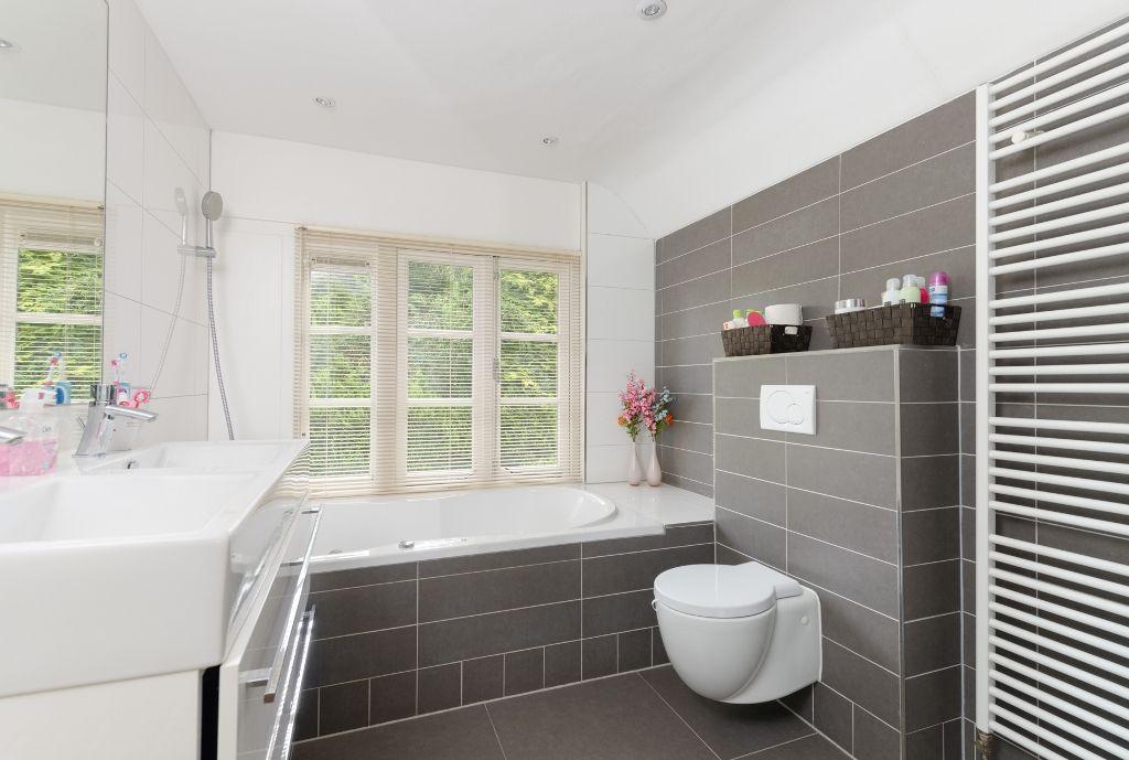 Badkamer Grijze Tegels : Badkamer dubbele wastafel grijze tegels badkamer ideeën