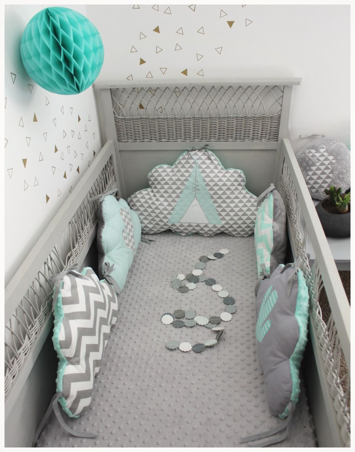 tour de lit nuage th me tipi et cactus vert d 39 eau et gris clair baby pinterest quartos. Black Bedroom Furniture Sets. Home Design Ideas