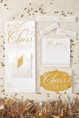 Imprimibles para año nuevo:  banderitas para cupcakes, invitacion, tarjetas para escribir propósitos de año nuevo y etiquetas para el champán >> Cheers to a New Year