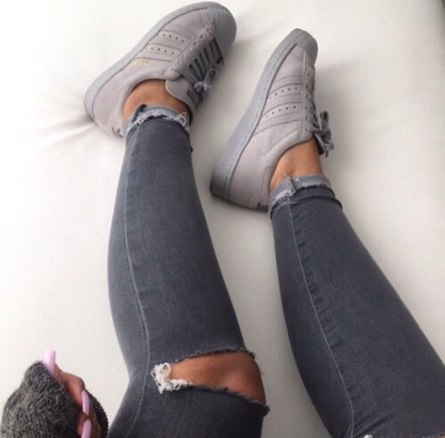 Grey Adidas Superstars pinterest: b_ox | Sapatos, Chinelos ...