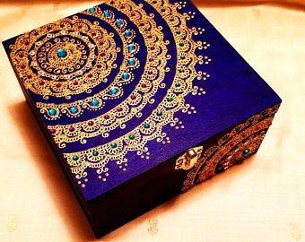 Nuit boîte à bijoux noir souvenir Mandala, à la main-peint à des accents dor et pierres précieuses