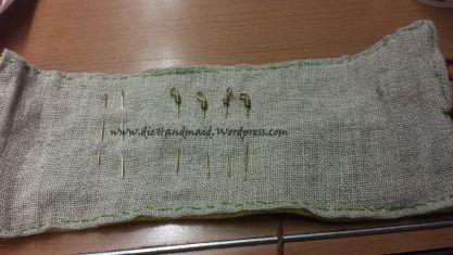 Nadelrolle. Wollstoff (birkengefärbt) und Leinen, bestickt mit Wollgarn