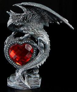 Drache mit rotem Herz rechts