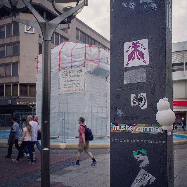 """Inversive art - epiphyte 000 as 3d print street art installation in Duisburg Ruhrgebiet NRW   Germany in front of Niki de Saint Phalle urban skulpture """"Life Saver"""" -- 3d gedruckter epyphyt aus Phase 3 vom monochromeandminimal project:pietern im der Duisburger Innenstadt am Life Saver Brunnen von Niki de Saint Phalle (Sockel von ihrem Ehemann Jean Tinguely). Wegen Bauarbeiten ist der Brunnen gerade verhüllt, aber wie ich finde, wird hier Duisburg sehr echt gezeigt ! #streetart #design…"""