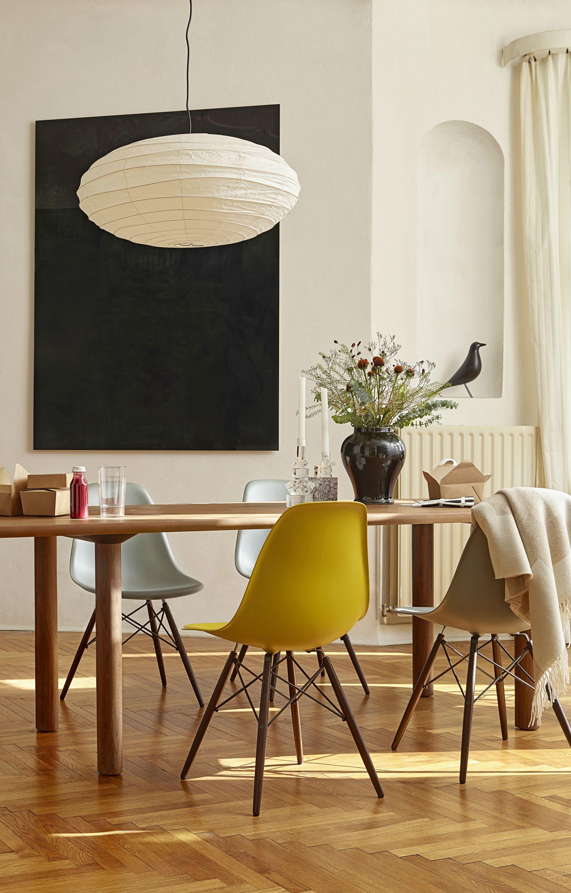 Vitra Stuhl Im Esszimmer Entdecke Die Ganze Vielfalt An Eames Stuhlen Und Finde Deinen Favoriten Vom Klassischen Einrichten Und Wohnen Wohnen Esszimmerstuhle