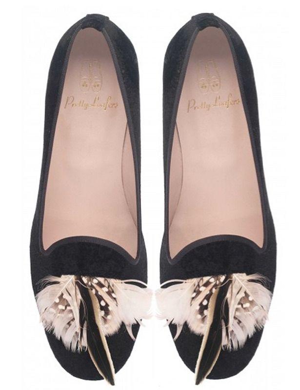 Pretty Ballerinas- Slippers de terciopelo negro, con adorno de plumas en rosa y negro.