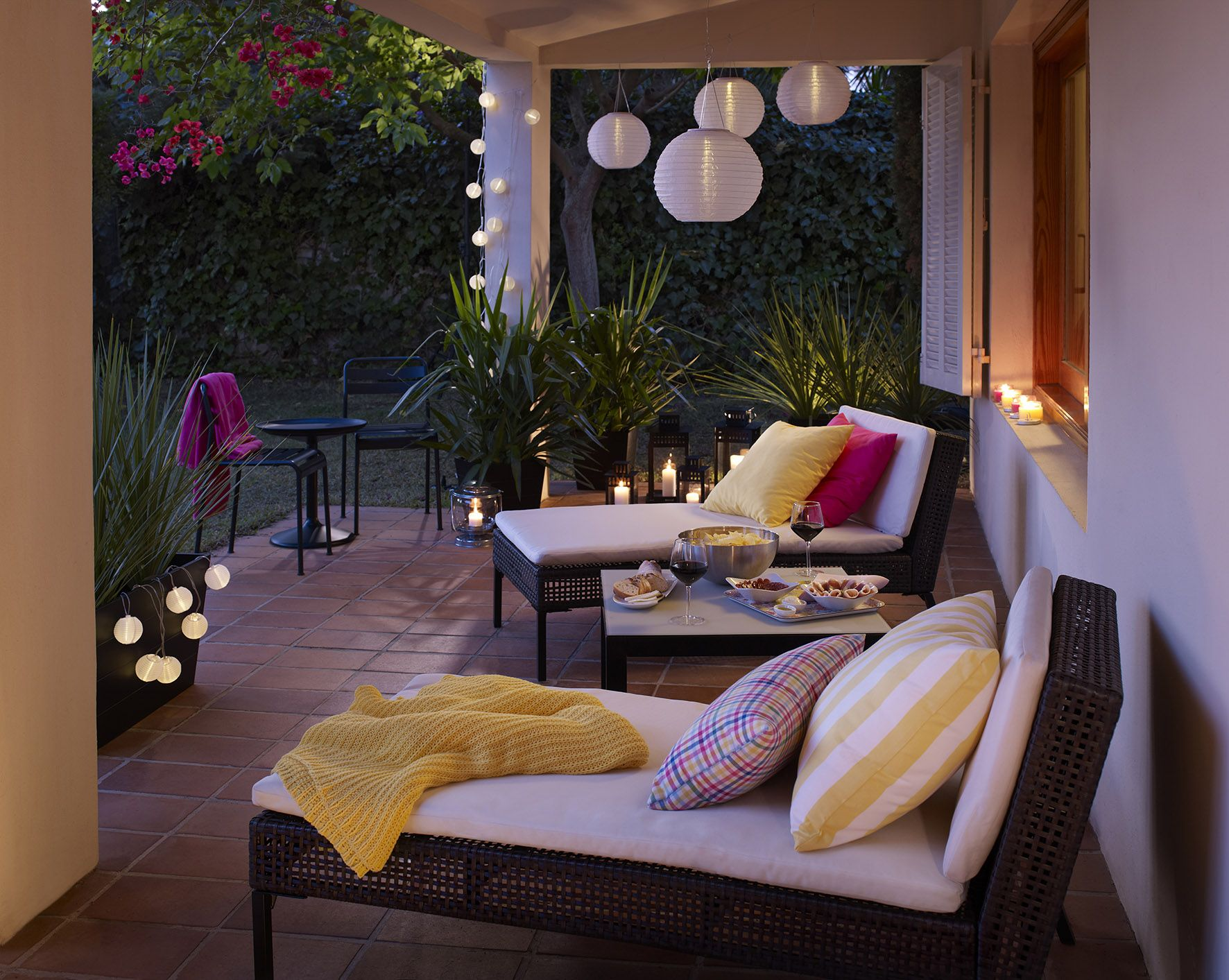 52 spectacular outdoor string lights to illuminate your patio balkon terrasse und garten terrasse. Black Bedroom Furniture Sets. Home Design Ideas