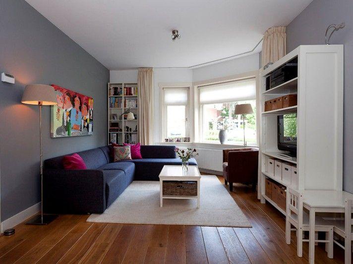 Woonkamer met grijze muur in jaren30 huis na stijlidee Grijze woonkamer