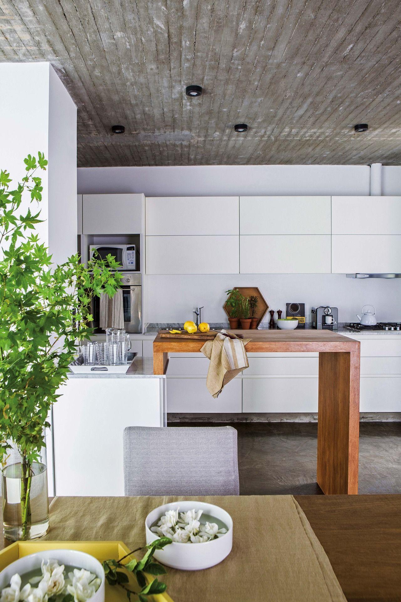 Una casa con ambientes abiertos y generosos | Cocina moderna, Tabla ...