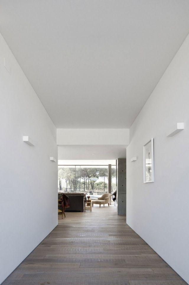 modernes wohnhaus holzboden gebürstet weiß wände Parkett