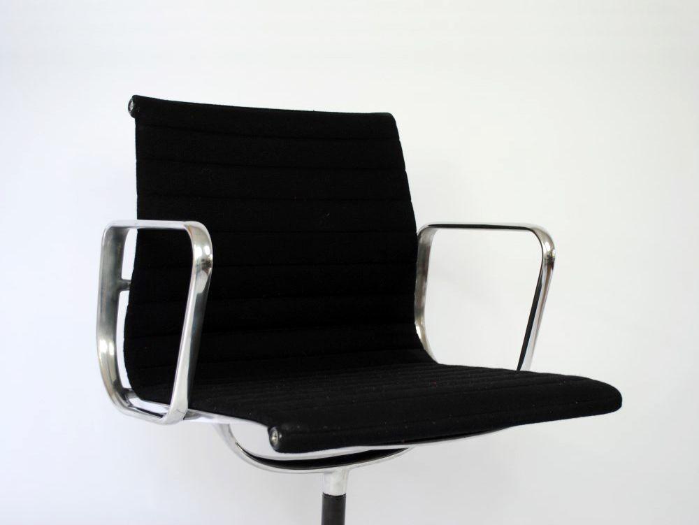 Draaibare Antieke Bureaustoel.Deze Vintage Bureaustoel Is Ontworpen Door Charles En Ray Eames