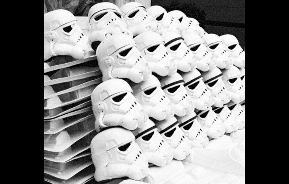 """Capacetes de stormtroopers utilizados em """"Star Wars: A New Hope"""". 50 unidades serviram para tomadas à distância. 6 unidades serviram para closes."""