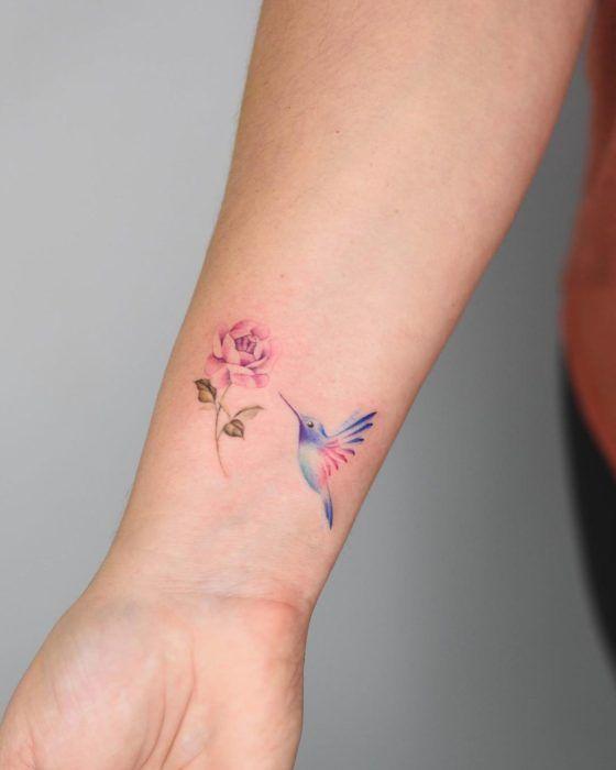 Colibrí picando una flor - Tatuajes para Mujeres
