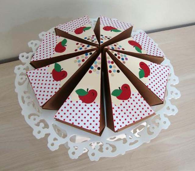 lembrancinha em formato de fatia de torta, feita com papel de scrap.