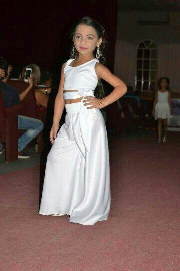 0b04e3780 Hermosa niña modelando traje coctel   Vestidos de gala. Baby modelo ...