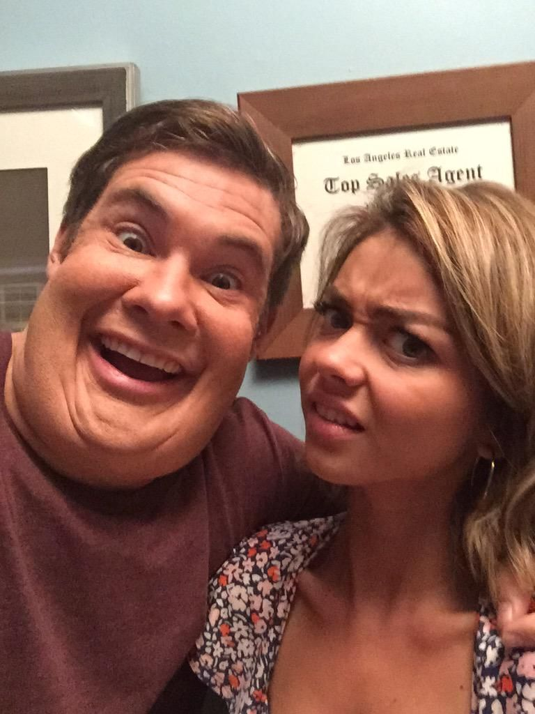 Awesome premiere ep @ModernFam  thanks for giving me an excuse to legit gain this much weight. #NoFatSuit pic.twitter.com/OvVzn46TSM
