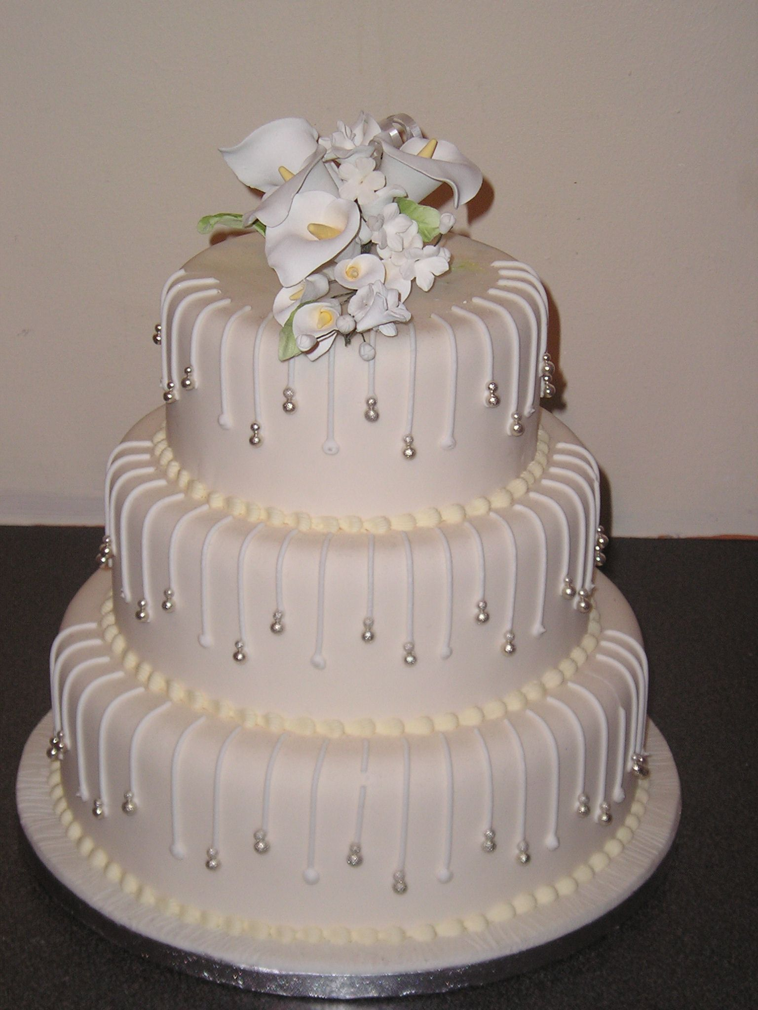 Could Be Birthday Cake In Another Color Wo The Flowers On Top - 3 Tier Wedding Cakes