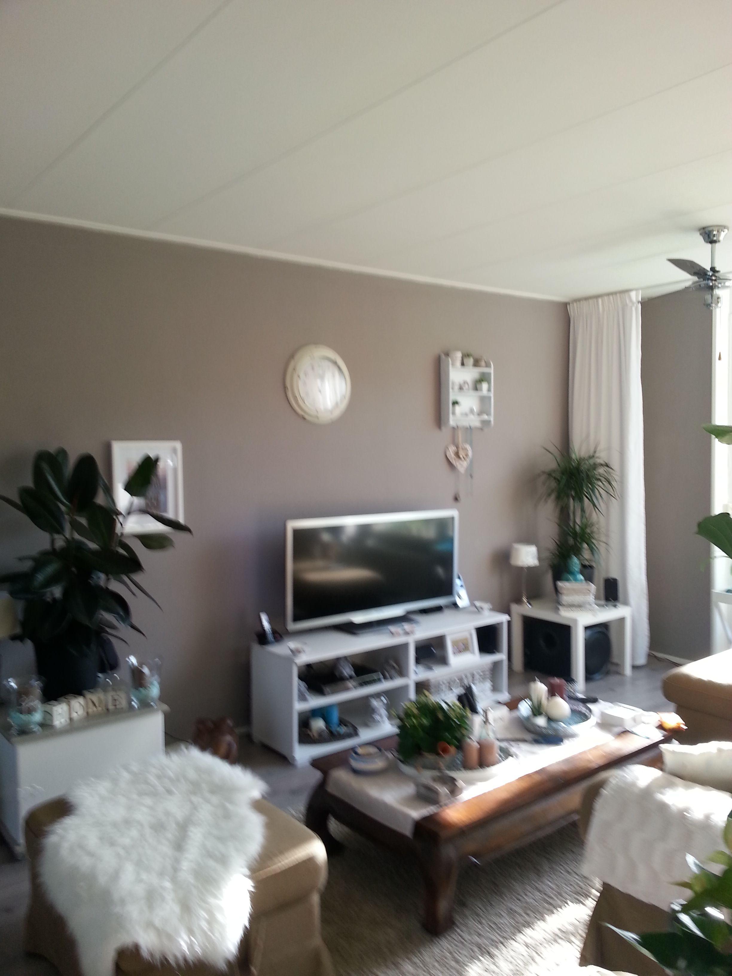 De nieuwe kleur taupe op de muur - Deco woonkamer aan de muur wit ...
