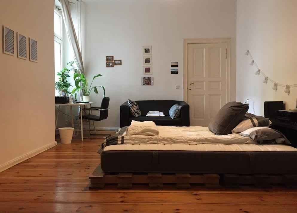 ein cooles wg zimmer das bett wurde einfach aus paletten hergestellt diy die w nde sind sch n. Black Bedroom Furniture Sets. Home Design Ideas