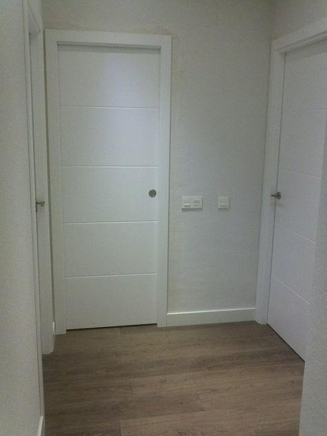 Puertas lacadas blancas estilo moderno y suelos de tarima for Puertas y paredes blancas