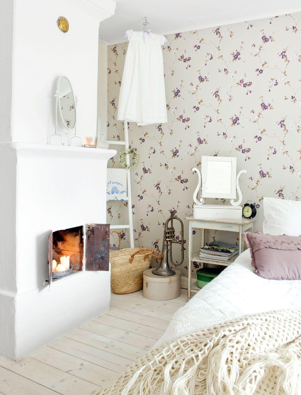 Idylliskt lanthem i Småland med ett sovrum fyllt av vackra ...