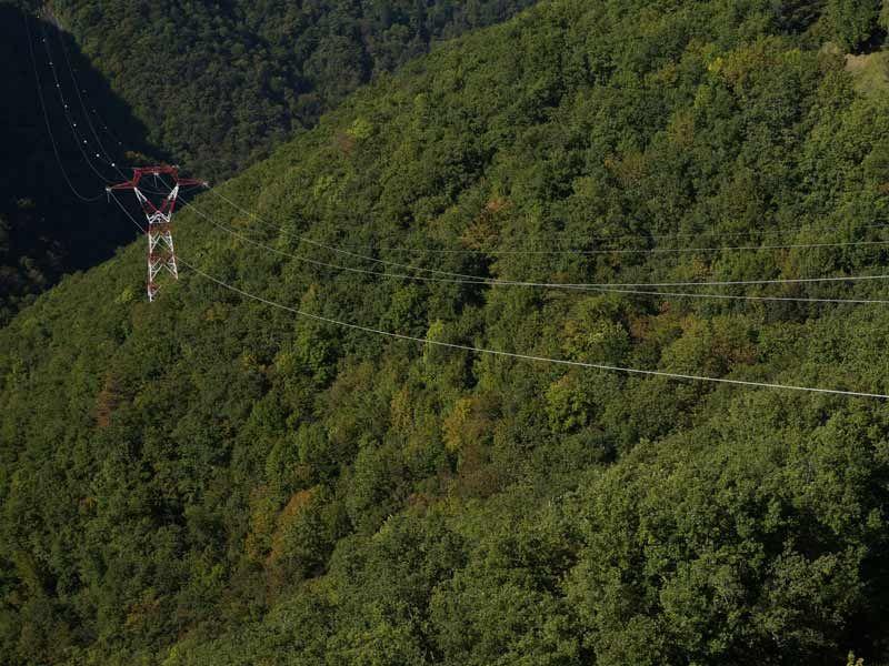 Vue de loin, inspection de ligne électriques et pylônes par Escadrone