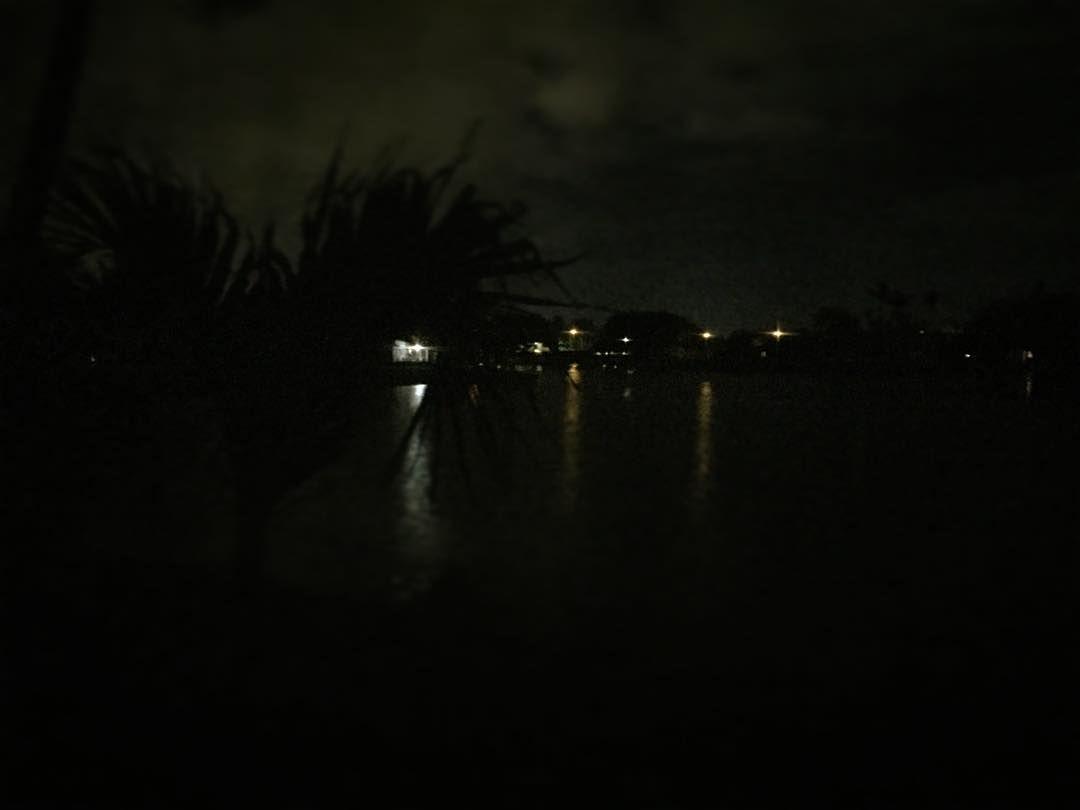 Yö tropiikissa. Lämmin. Tunnelmallinen. Pullokostea  #tembustravels
