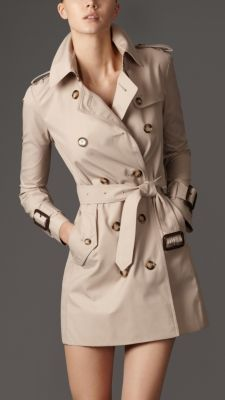 Burberry short trench, love.