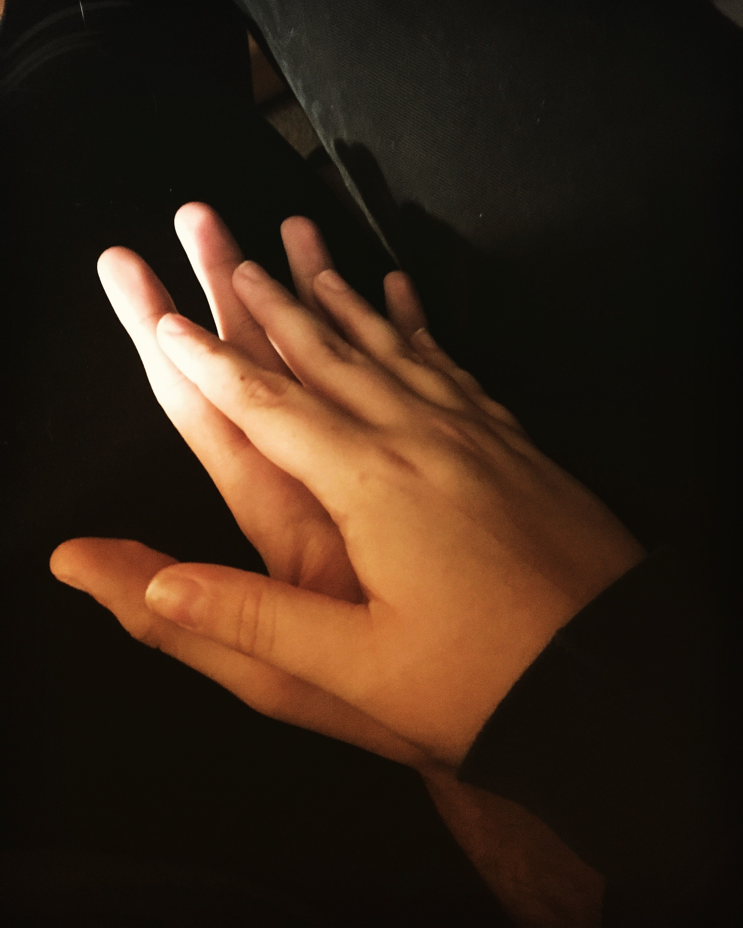 предметы одежды фото мужских рук держащих женские руки стоимость ремонта будет