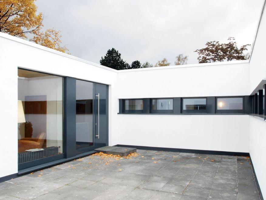 Innenhofhaus Corneille Uedingslohmann Architekten Mit Bildern Bungalows Moderne Hauser Haus