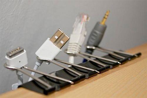 Organizador de cables con ganchos de oficina.