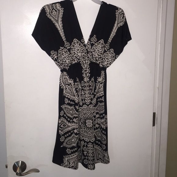Cute dress Black base with off-white pattern, polyester spandex mix, V-neck and back, elastic at high waiste Shorelines Dresses