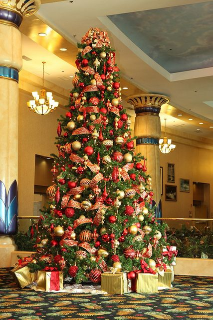 Red And Gold Christmas Tree Gold Christmas Tree Decorations Elegant Christmas Trees Gold Christmas Decorations
